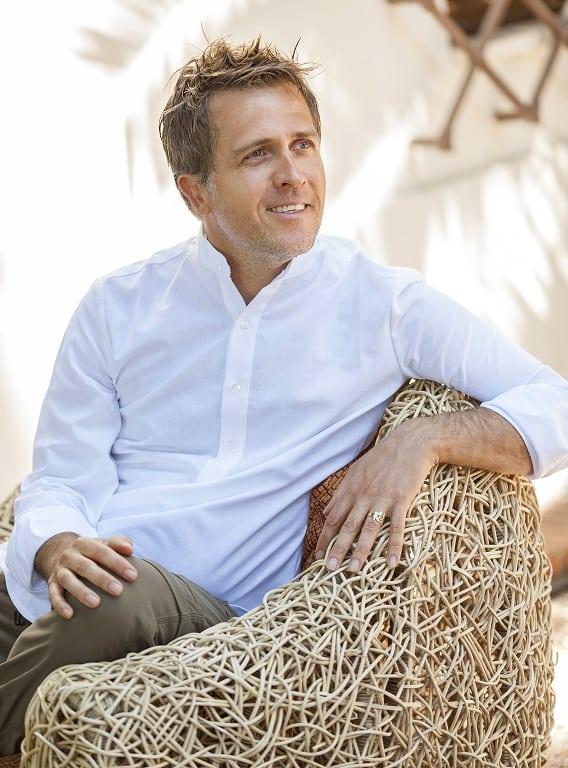 Yves Nager - Ein zielgerichteter Begleiter, wie Du die Leidenschaft Deines Daseins erkundet. Yves' Lebensaufgabe ist es, ein auf Ziele fokussierter Begleiter zu sein, der seine heilende Gabe als Dienst für andere anbietet, und ihnen dabei hilft, sich wieder mit ihren tiefsten Leidenschaften und ihrem wahren Glück zu verbinden. Sein umfassender Hintergrund an Ausbildung und Erfahrungen ermöglicht es ihm, seine Mission als Begleiter zu erfüllen, der es seinen Klienten ermöglicht, wieder zu ihrer eigenen Bestimmung zurückzufinden und in eine tiefere Verbindung zum Leben zu gehen.